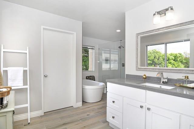bathroom-4130000_640-min